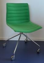 Arper Catifa 46 konferansestol på hjul, trukket i grønt ullstoff, understell i krom, pent brukt