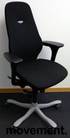 Kontorstol: Kinnarps Plus [8] med høy rygg, gelarmlene, sort stofftrekk, grått fotkryss, pent brukt bilde 1