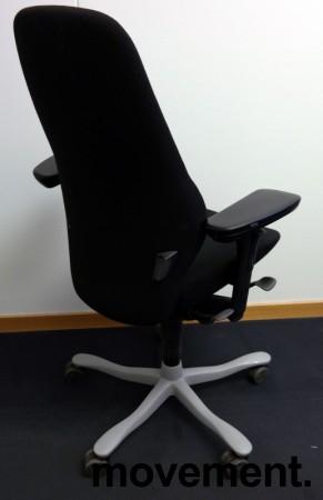 Kontorstol: Kinnarps Plus [8] med høy rygg, gelarmlene, sort stofftrekk, grått fotkryss, pent brukt bilde 2