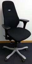 Kontorstol: Kinnarps Plus [8] med høy rygg, gelarmlene, sort stofftrekk, grått fotkryss, pent brukt