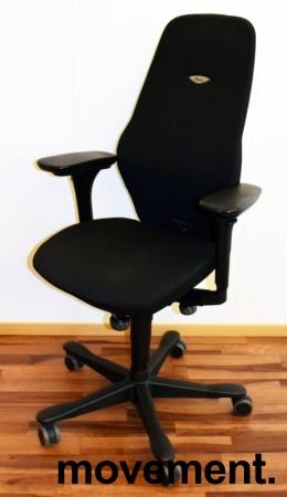 Kontorstol: Kinnarps Plus [8] med høy rygg, gelarmlene, sort stofftrekk, sort fotkryss, pent brukt bilde 1
