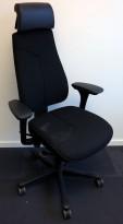 Kontorstol: Kinnarps Freefloat 6000 i sort, høy rygg med Y-søm, gel-armlener, nakkepute i sort skinn, sort kryss, pent brukt