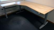 Kinnarps elektrisk hevsenk hjørneløsning skrivebord i bjerk, 160x200cm, T-serie, pent brukt