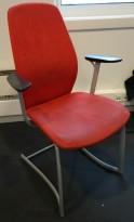 Møteromsstol / besøksstol fra Kinnarps, mod Plus 377 i rødt mikrofiberstoff / sort armlene, grå ramme, brukt med noe slitasje