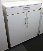 Kinnarps E-serie ringpermreol i hvitt, 2 permhøyder og skuff på toppen, 98cm høyde, pent brukt