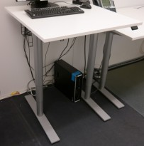 Kinnarps Oberon lite elektrisk hevsenk skrivebord i hvitt, understell i lysegrått, 80x80cm, pent brukt