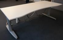 Kinnarps T-serie elektrisk hevsenk skrivebord i hvitt, understell i lysegrått, 180x80cm, magebue, pent