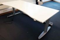 Kinnarps T-serie elektrisk hevsenk skrivebord 180x90cm i hvitt, magebue, pent brukt