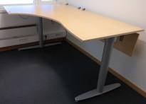 Kinnarps elektrisk hevsenk hjørneløsning skrivebord i bjerk, 120x180cm, T-serie, pent brukt
