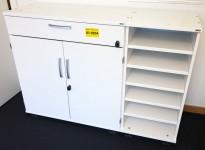 Kinnarps E-serie liten reol i hvitt med sidehylle på høyre side, 120B 40D 85H, pent brukt