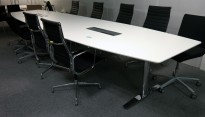 Møtebord i hvitt med understell i krom fra Svenheim, 480x120cm, kabelluke, passer 16-18 personer, pent brukt