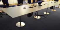 Møtebord i hvitt / satinert stål, 460x100cm, rett ende, passer 14-16 personer, pent brukt