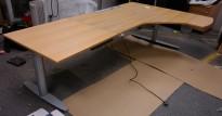 Skrivebord / hjørneløsning fra Kinnarps i eik, 240x145cm, høyreløsning, pent brukt