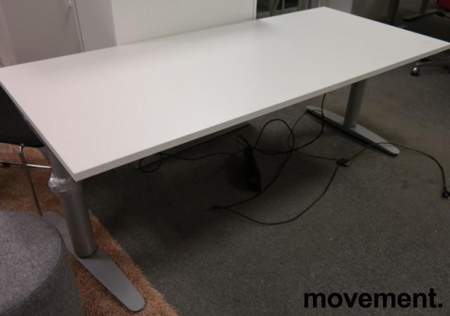 Martela elektrisk hevsenk skrivebord 180x80cm i hvitt, pent brukt understell med ny plate bilde 2