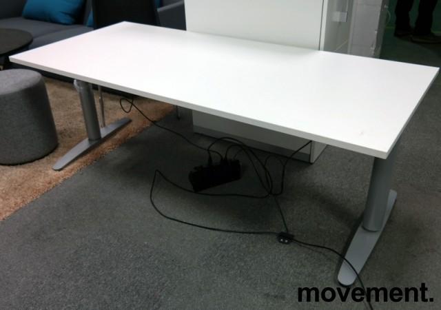 Martela elektrisk hevsenk skrivebord 180x80cm i hvitt, pent brukt understell med ny plate bilde 1