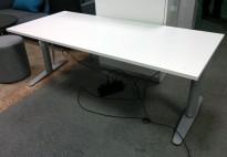 Martela elektrisk hevsenk skrivebord 180x80cm i hvitt, pent brukt understell med ny plate