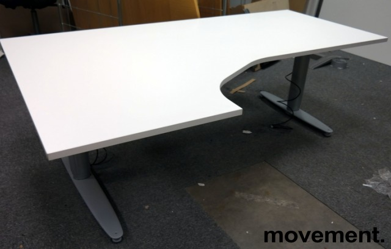 Skrivebord med elektrisk hevsenk i hvitt fra Kinnarps, 180x120cm, ventresløsning, pent brukt understell med ny plate bilde 1