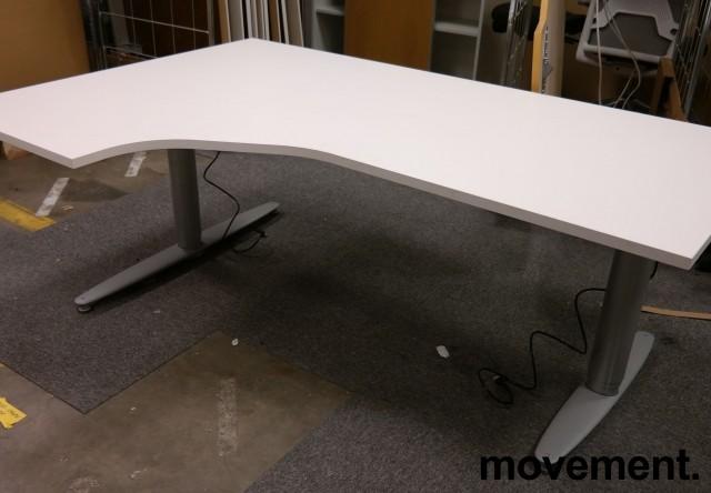 Skrivebord med elektrisk hevsenk i hvitt fra Kinnarps, 180x120cm, ventresløsning, pent brukt understell med ny plate bilde 2