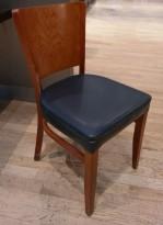 Kaféstol / restaurantstol fra Satelliet i kirsebær, sete i blå skinnimitasjon, brukt