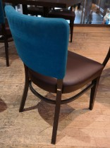 Solid kaféstol / restaurantstol fra Ton med sete i brun skinnimitasjon og rygg i mørk turkis stoff, pent brukt