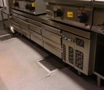 Kjølebenk i rustfritt stål med 6 kjøleskuffer, 245cm bredde, brukt