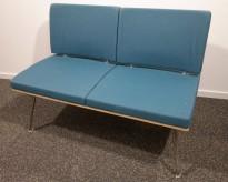 2-seter venteromsmøbel / sofa fra ForaForm, blått stoff / krom ben, bredde 110cm, pent brukt