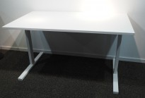 Rektangulært skrivebord i hvitt, 140x80cm, pent brukt understell med ny plate