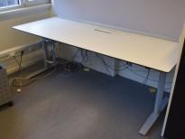 Skrivebord med elektrisk hevsenk i hvitt med sort kant fra Svenheim, 200x80cm, pent brukt