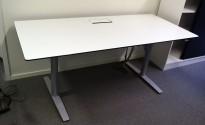 Skrivebord med elektrisk hevsenk i hvitt med sort kant fra Svenheim, 180x80cm, pent brukt