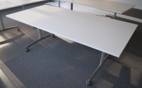 Møtebord / kantinebord / klappbord på hjul fra Howe i hvitt / krom, sammenleggbart, 200x100cm, pent brukt