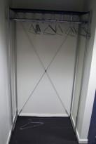 Lekkert garderobestativ i krom, bredde 100cm, høyde 180, heng og krok, pent brukt