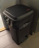 Søppelbøtte / pedalbøtte / kildesortering for restavfall / papir etc. i sort fra Vileda, pent brukt