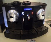 Kaffemaskin for kontor etc. Nespresso Gemini 220 med fast vanntilkobling, pent brukt