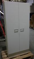 Høyt skap / rekvisitaskap med dører i hvitt, bredde 90cm, høyde 194cm, 5 høyder, pent brukt