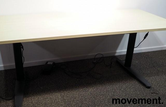 Skrivebord med elektrisk hevsenk i bjerk laminat / sort fra EFG, 180x80cm, pent brukt bilde 2