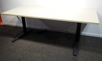 Skrivebord med elektrisk hevsenk i bjerk laminat / sort fra EFG, 180x80cm, pent brukt