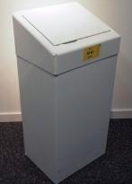 Søppelkasse for veggmontering med vippelokk i hvitlakkert metall, brukt