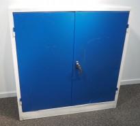 Stålskap med dører, i lysegrått / blått, 101cm høyde, 99cm bredde, pent brukt, uten lås