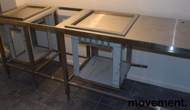 Rustfri stålbenk for kantine, 247,5cm bredde, med brettbrønn, bakkebrønn og tallerkendispenser, pent brukt bilde 5