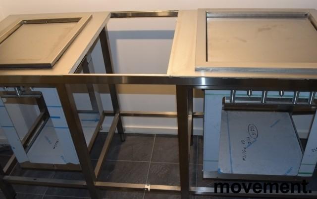 Rustfri stålbenk for kantine, 247,5cm bredde, med brettbrønn, bakkebrønn og tallerkendispenser, pent brukt bilde 6