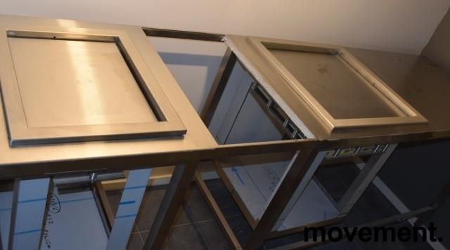 Rustfri stålbenk for kantine, 247,5cm bredde, med brettbrønn, bakkebrønn og tallerkendispenser, pent brukt bilde 7