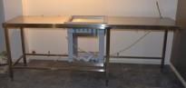 Rustfri stålbenk for kantine / kaffestasjon, 247cm bredde, med brønn for oppvaskbakker/kaffekopper, pent brukt