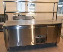 Kjølebenk fra NovaMeta i rustfritt stål med dører og kjøleskuff, topphylle i rustfritt stål, 191cm bredde, pent brukt 2015-modell