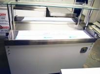 Serveringsdisk for kantine i hvitt komplett med disk og brettbaner i rustfritt, topphylle i glass, 130cm bredde, pent brukt 2015-modell