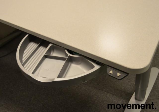 Skrivebord fra Martela med elektrisk hevsenk, lys grå, 180x90cm, pent brukt bilde 2
