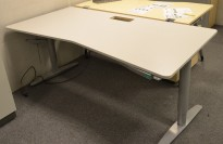 Skrivebord fra Martela med elektrisk hevsenk, lys grå, 180x90cm, pent brukt