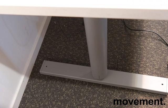 Skrivebord med elektrisk hevsenk fra Linak i hvitt, 160x80cm, pent brukt understell med ny plate bilde 3