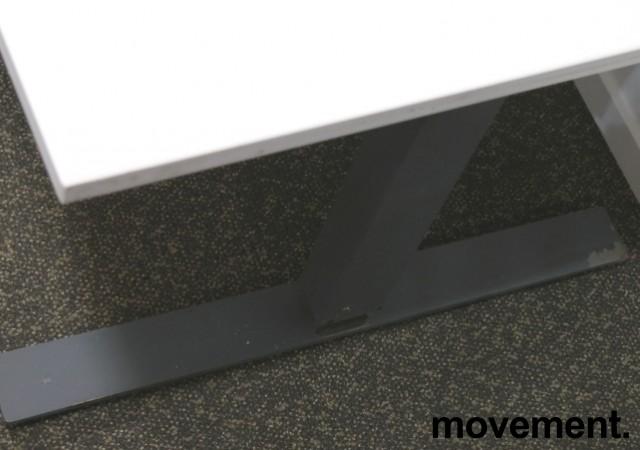 Skrivebord med elektrisk hevsenk fra Martela i hvitt / mørk grå, 180x80cm, brukt understell med ny plate bilde 4