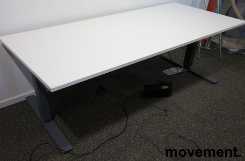 Skrivebord med elektrisk hevsenk fra Martela i hvitt / mørk grå, 180x80cm, brukt understell med ny plate bilde 2