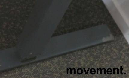 Skrivebord med elektrisk hevsenk fra Martela i hvitt / mørk grå, 180x80cm, brukt understell med ny plate bilde 3